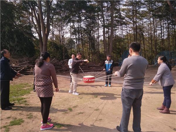 农家乐趣味团体活动击鼓颠球项目介绍