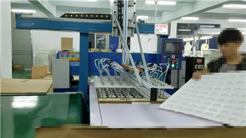 鸿钛50T分段式送料机械手取料液压四柱裁断机