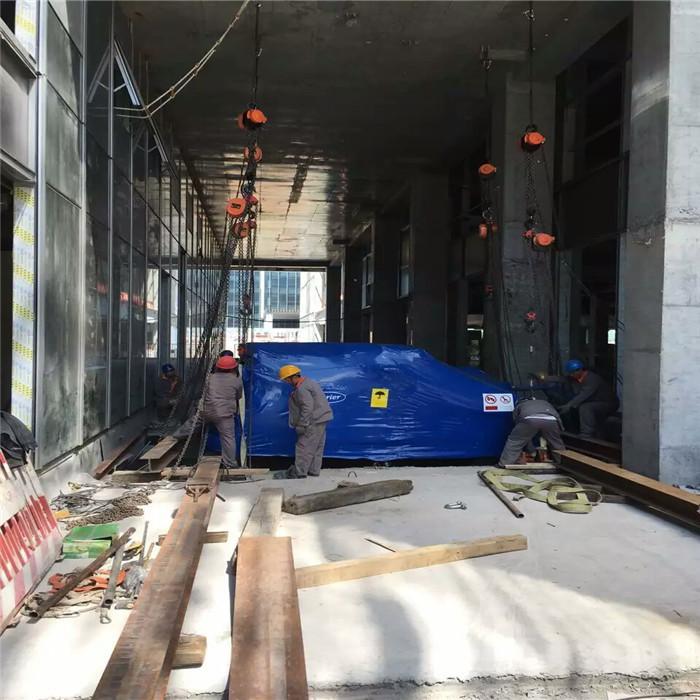 望京開利空調機組人工吊裝地下室3層就位