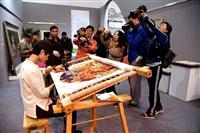 中国湘绣绽放阿曼 吸引游客飞针走线
